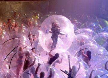 Ροκ συναυλία σε πλαστικές φούσκες