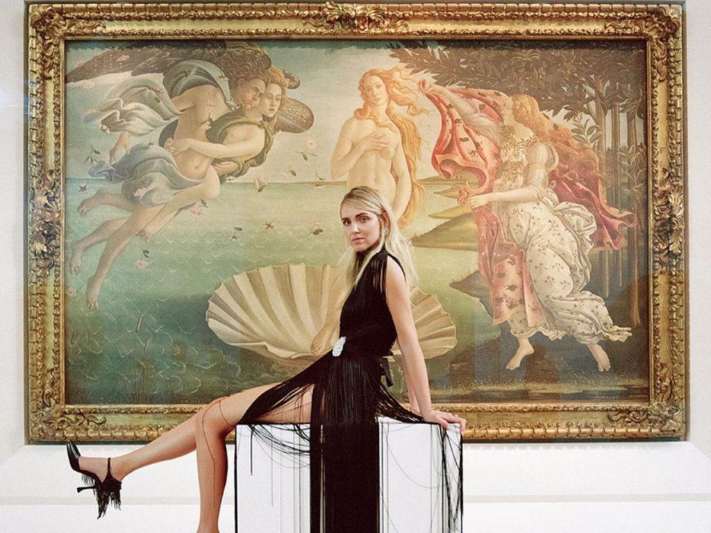H Chiara Ferragni ποζάρει με τα επικά έργα του Botticelli!
