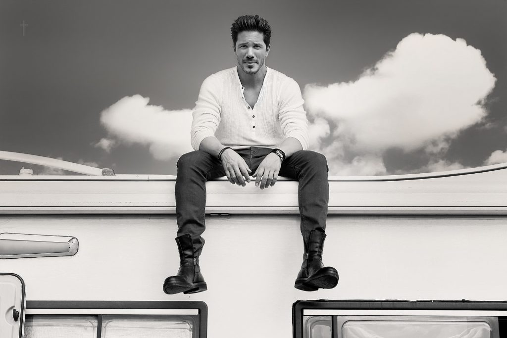 Νίκος Οικονομόπουλος | Το νέο του τραγούδι «Εμένα να ακούς» κυκλοφόρησε αποκλειστικά στο Spotify!
