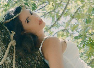Παυλίνα Βουλγαράκη | Το νέο της τραγούδι με τίτλο «Ξάπλωσέ Με Στη Γη» και το ονειρικό video clip!