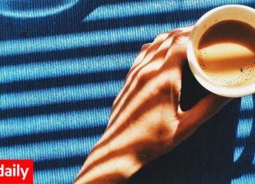 Πίνοντας καφέ με 10 τραγούδια που θυμίζουν Κυριακάτικο πρωινό