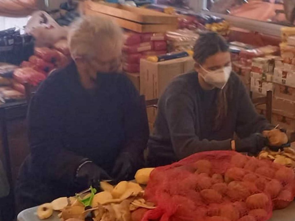 Δάφνη Μητσοτάκη: Καθάρισε πατάτες και συσκεύασε τρόφιμα για καλό σκοπό