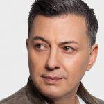«Πες Μου Τι Έκανα» | Ο Νίκος Μακρόπουλος ερμηνεύει ένα ακυκλοφόρητο τραγούδι του Μάνου Ξυδούς!