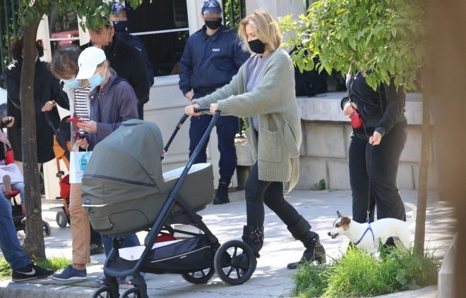 Η Τζένη Μπαλατσινού με casual look και τον γιο της, περπατά στο κέντρο της Αθήνας/ NDP