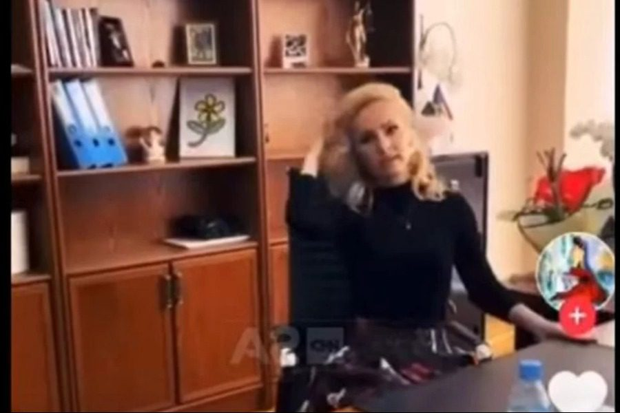 Δικαστής κάνει πασαρέλα με ακριβά ρούχα, βάζει μουσική «Είμαι η Μαφία»