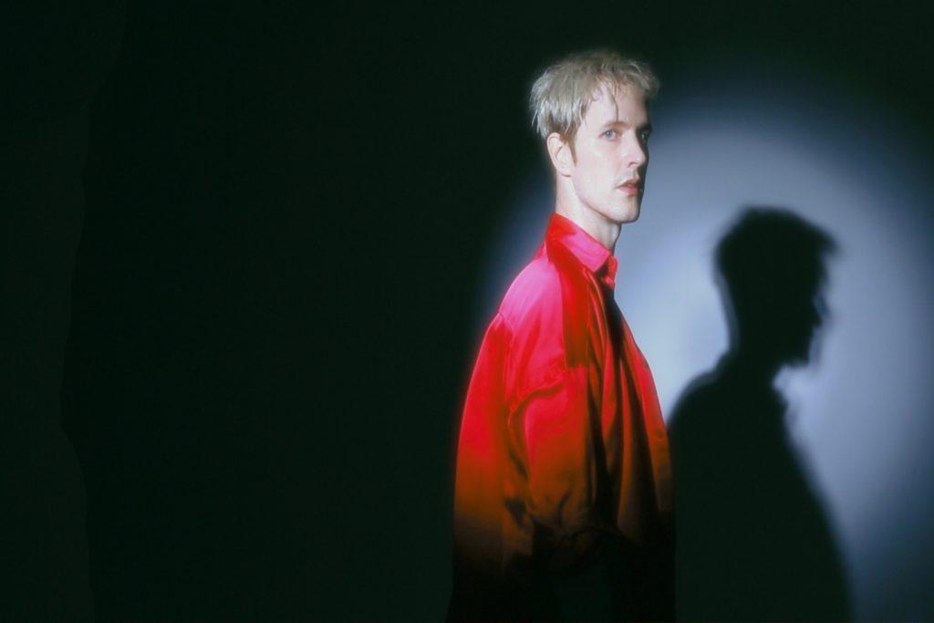 «Mad Into You» | Ο διεθνής Leon of Athens σε μια πολύχρωμη ενεργειακή έκρηξη σύγχρονης pop!