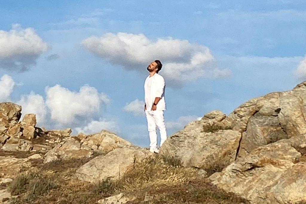 Συμμετοχή-έκπληξη του Γιάννη Τσιμιτσέλη στο video clip του Πάνου Κιάμου για τις «Υπερβολές»!