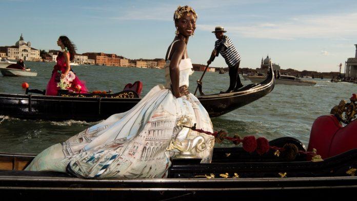 Οι Dolce & Gabbana «πλημμύρισαν» τη Βενετία με μοντέλα