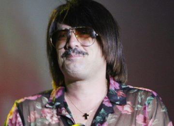 Τόνι Σφήνος: Χωρίς περούκα σε μια σπάνια έξοδο με τη σύζυγό του